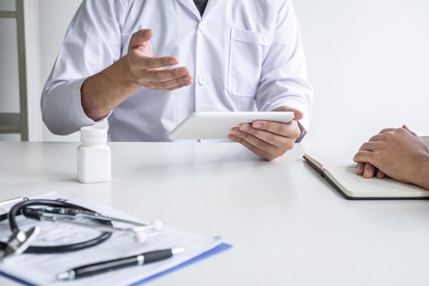 en läkare föreskriver sjukvård till en patient foto