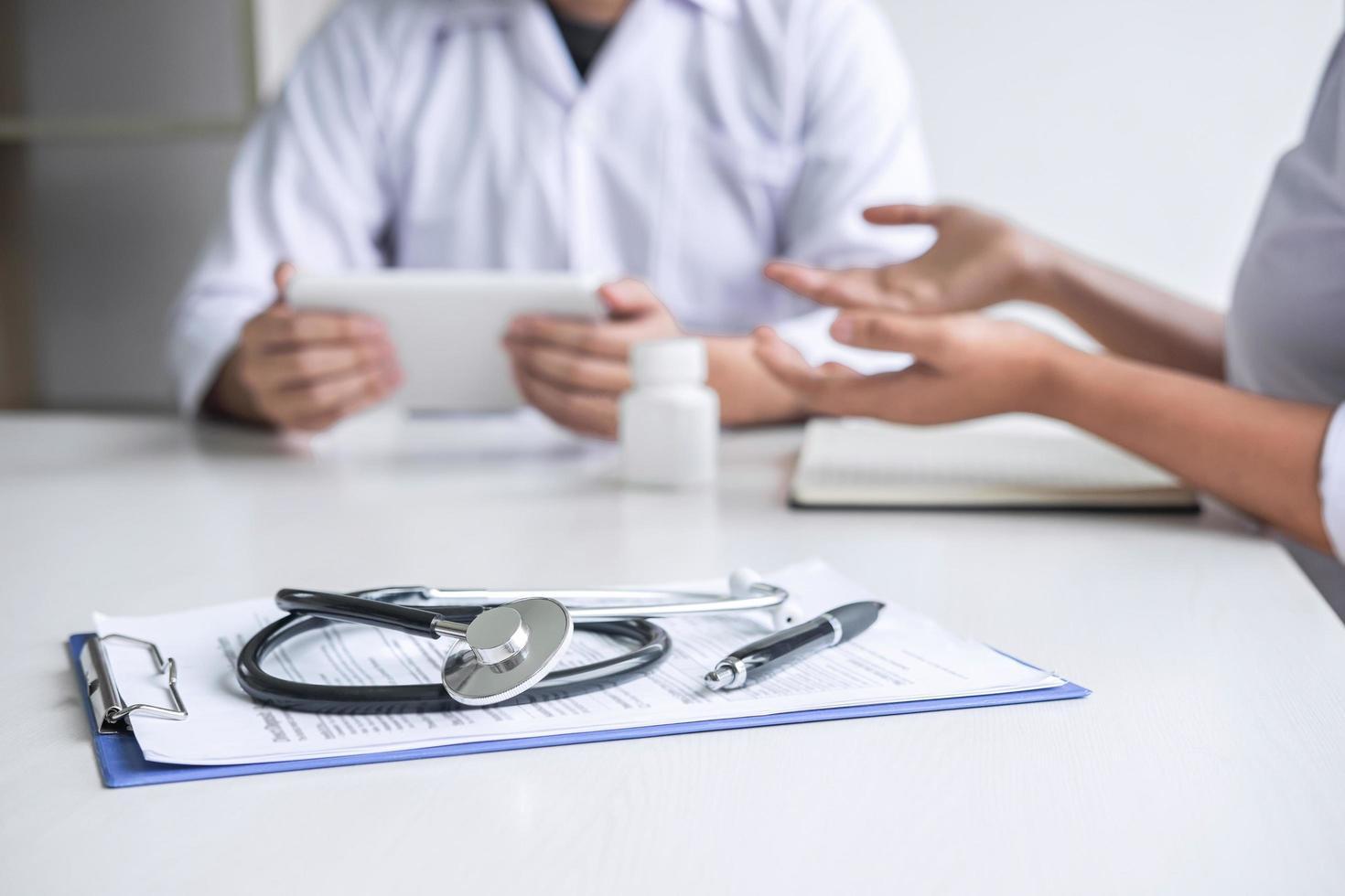 läkare som konsulterar en patient foto