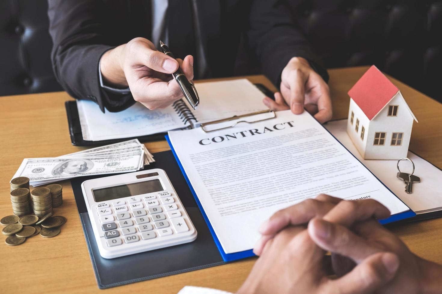 fastighetsmäklare överlämnar pennan till klienten foto