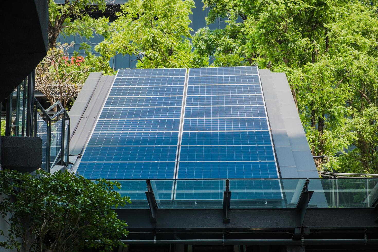 solenergipaneler installerade på modernt tak foto
