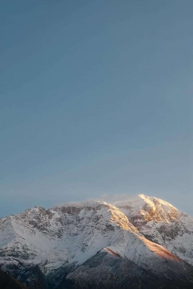 utsikt över snöklädda berg och blå himmel foto