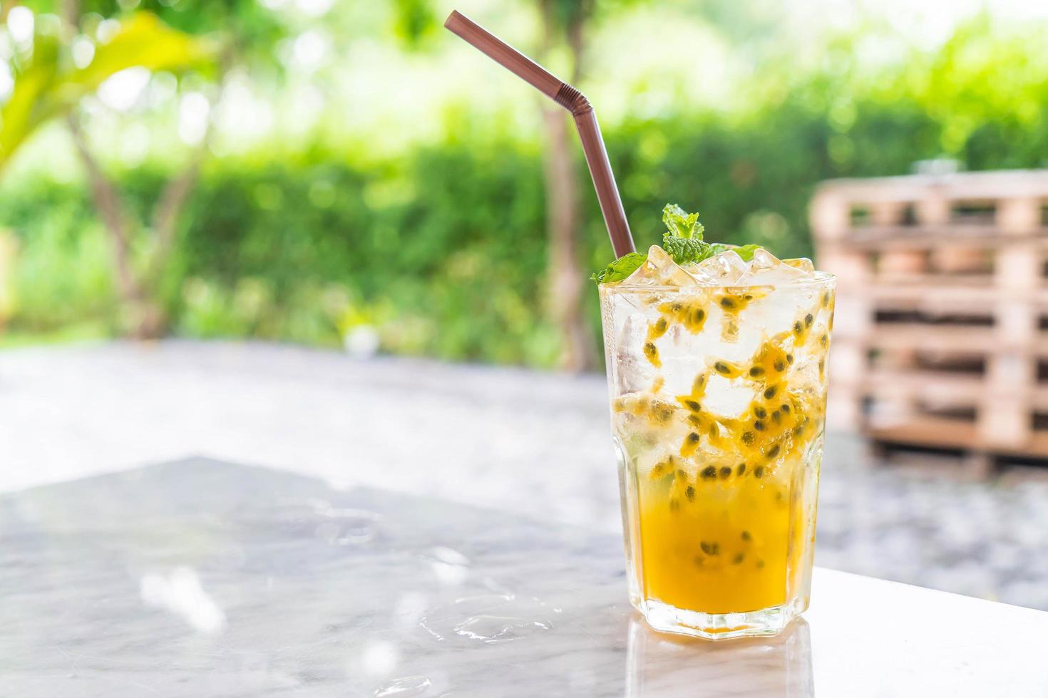passion frukt drink på bordet utanför foto