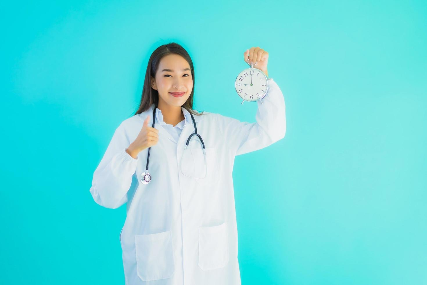 porträtt av kvinnlig läkare väckarklocka foto
