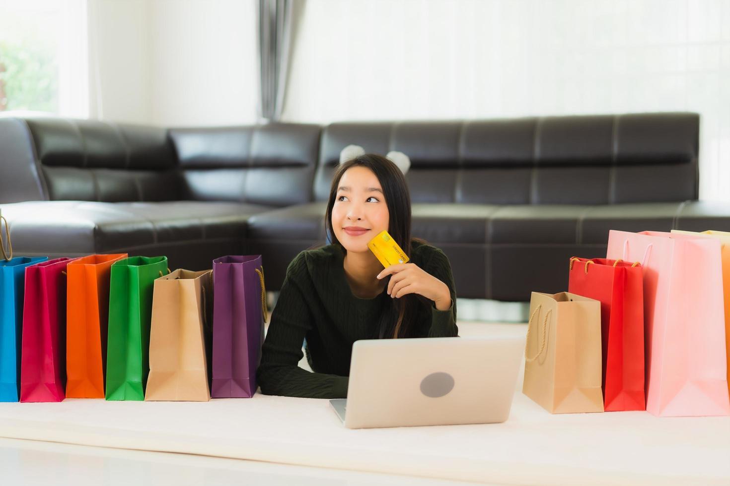 kvinna online shopping foto