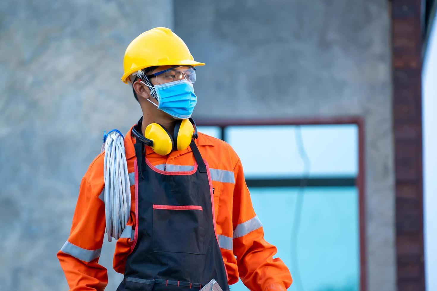 byggnadsarbetare som bär säkerhetsutrustning foto