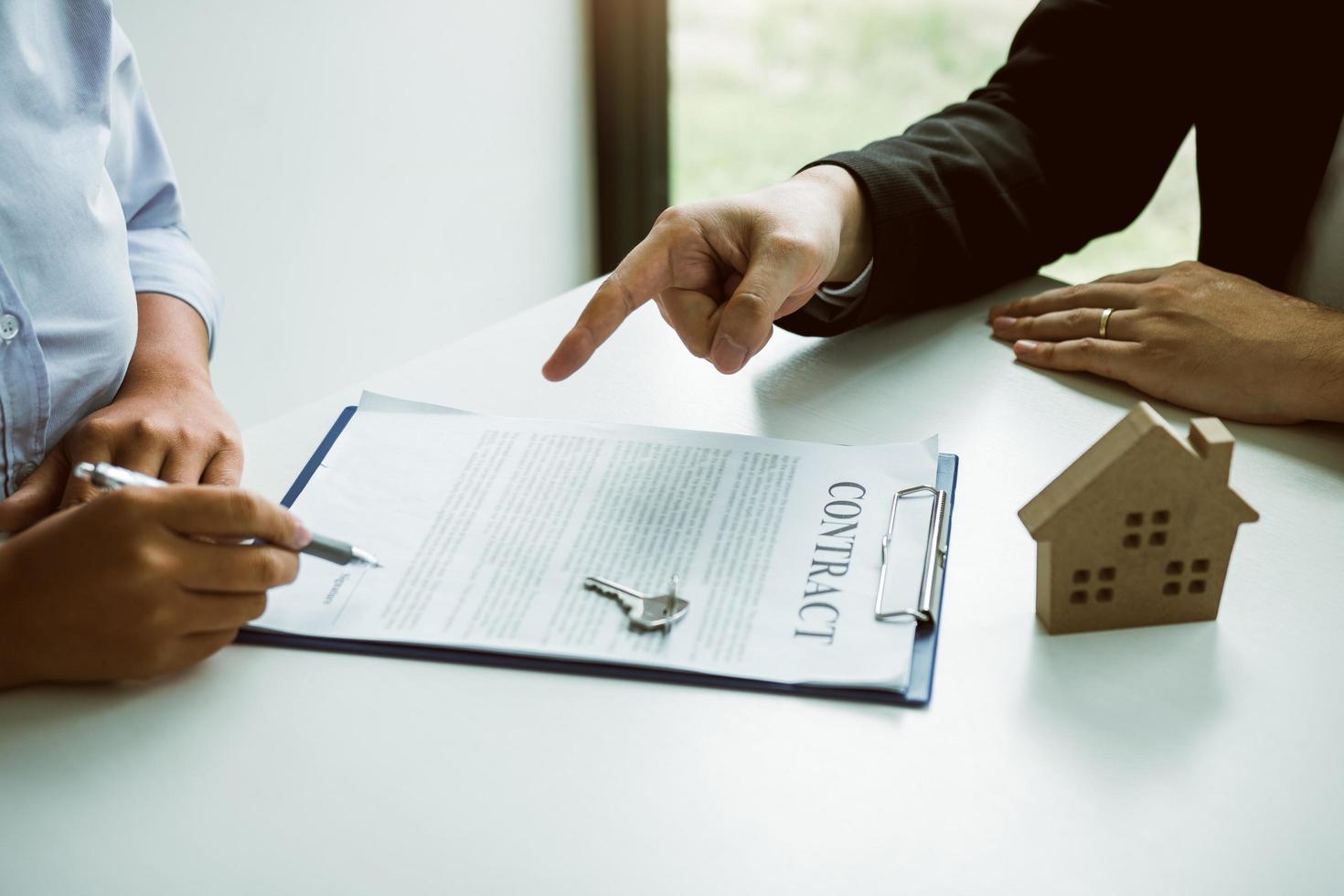 kunden tecknar hemlånskontrakt foto