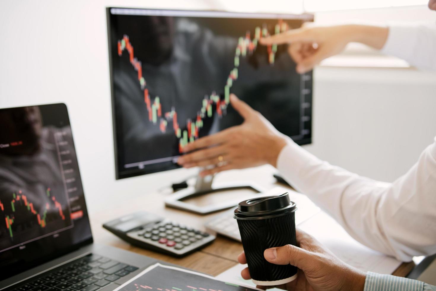 affärsmän som diskuterar analys av diagram foto