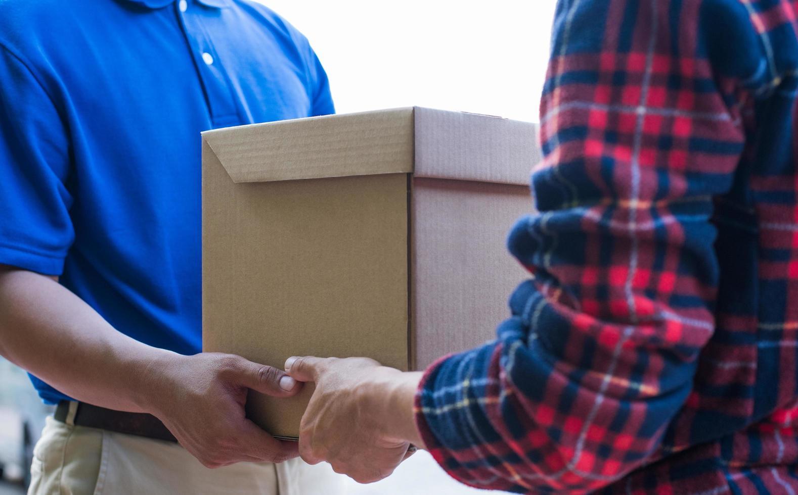 två män flyttar en låda foto