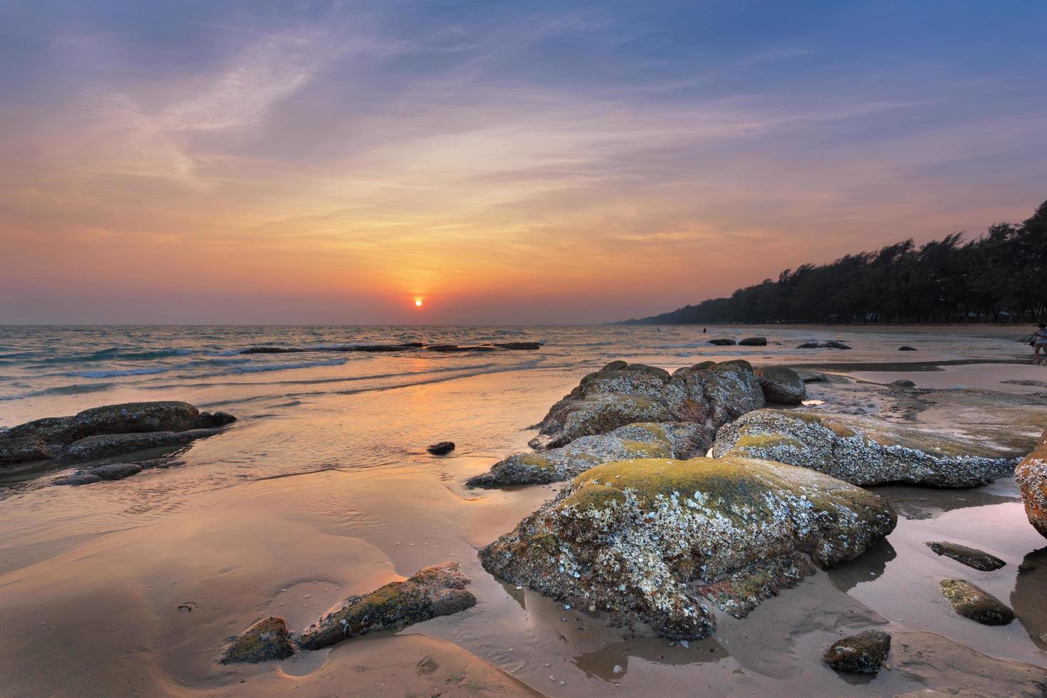 tropisk strand vid solnedgången foto