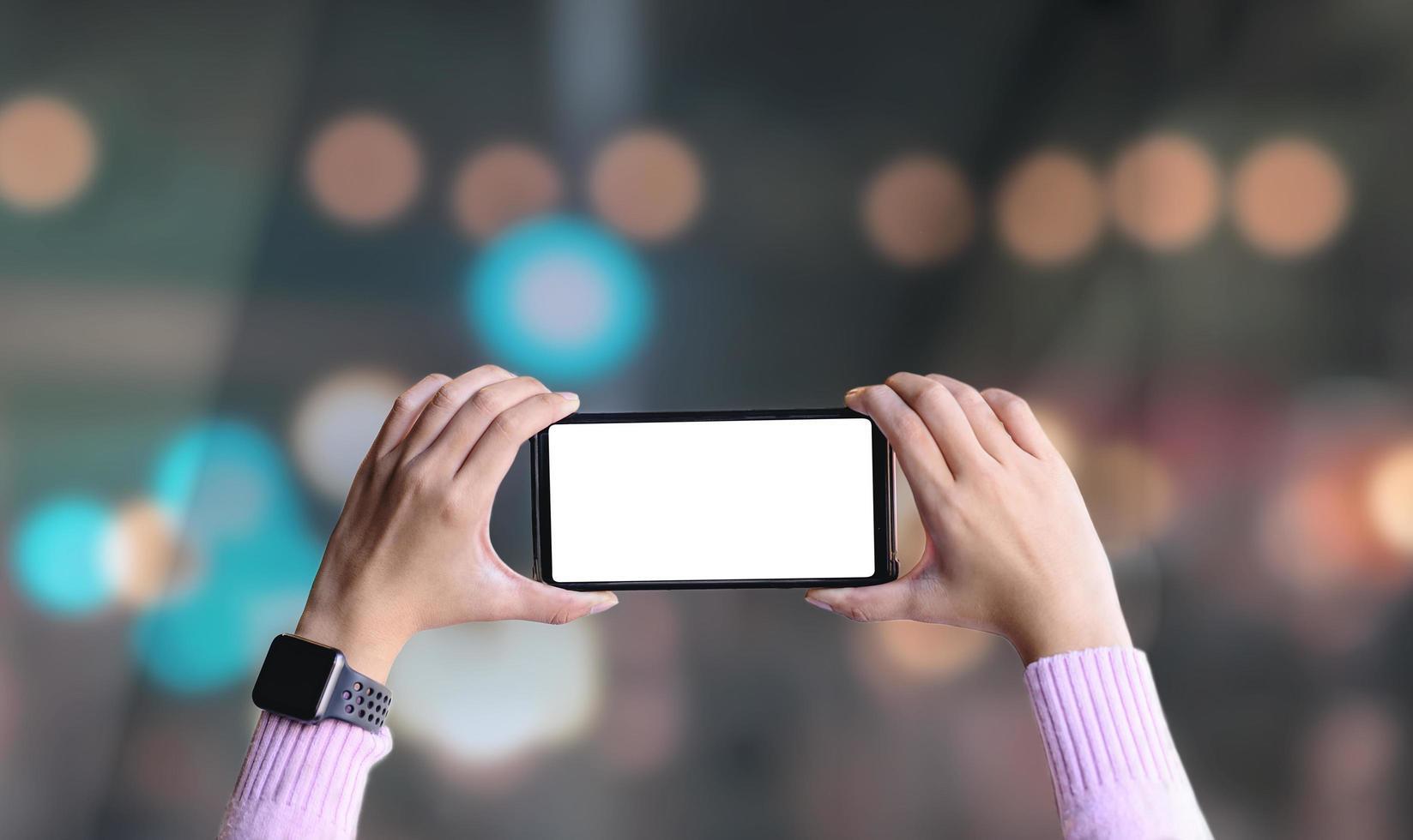 kvinnliga händer som håller smart telefon foto