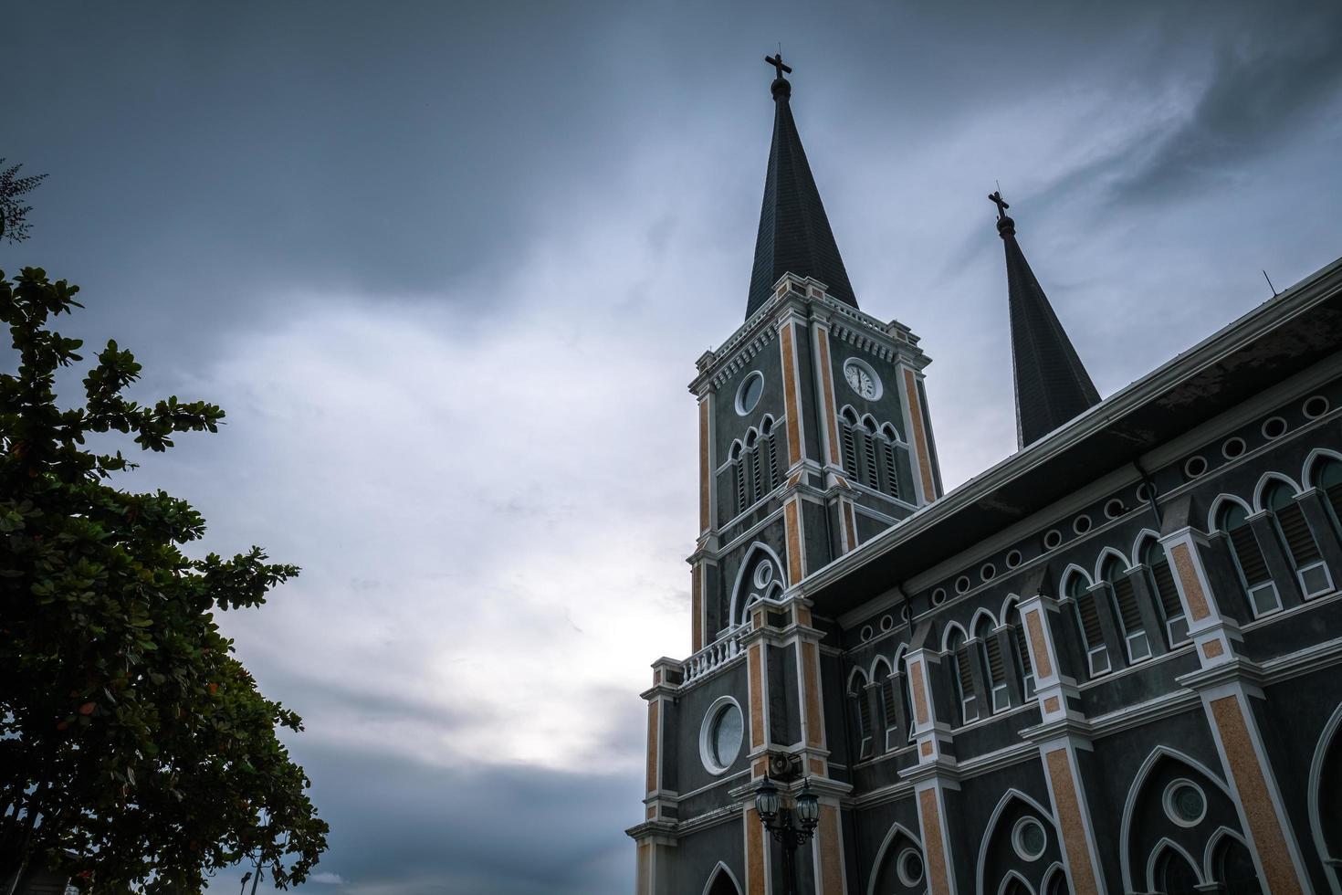 kyrka på kvällen foto
