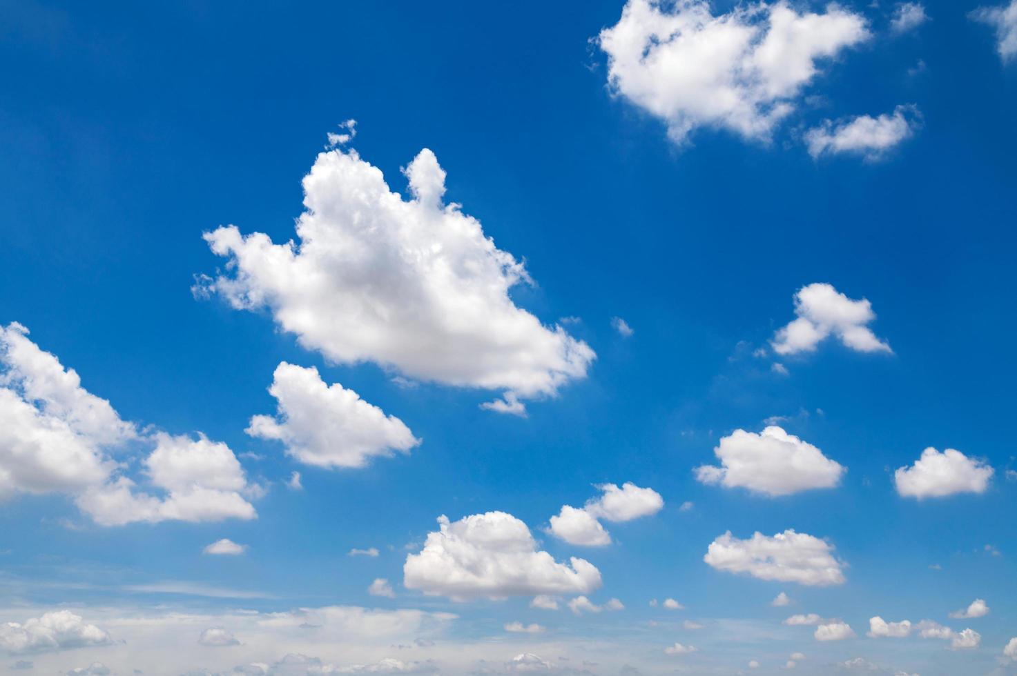 vita moln på blå himmel foto