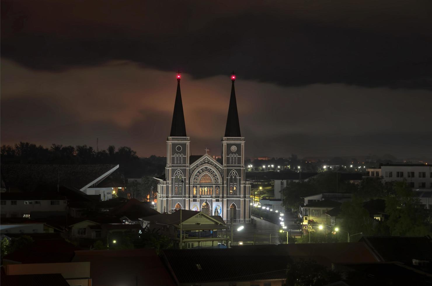 katolsk kyrka på natten i Thailand foto