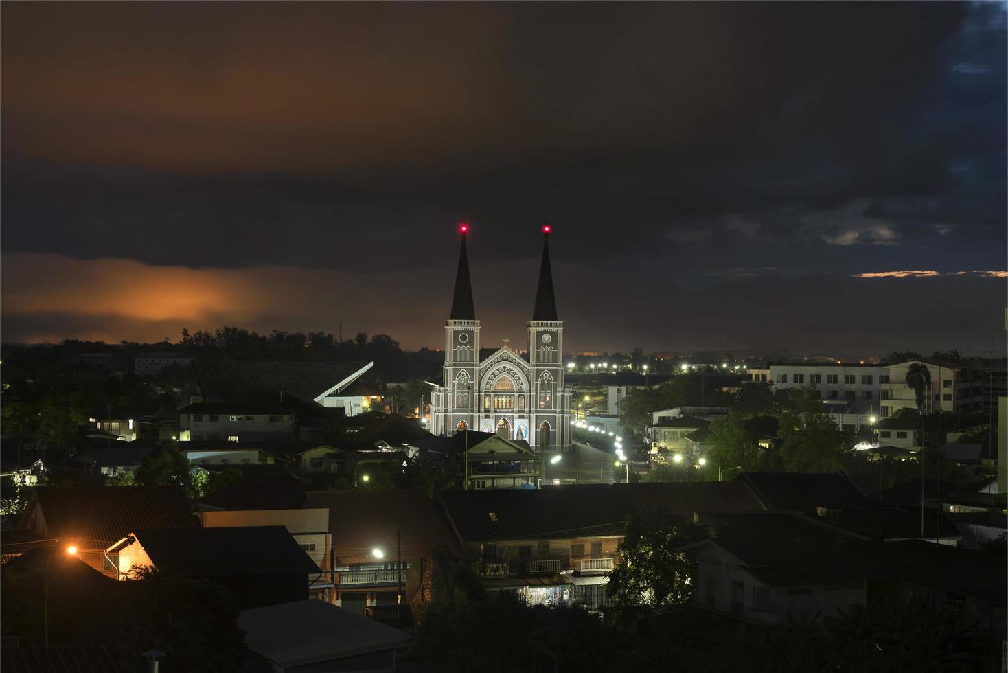 katolsk kyrka på natten foto