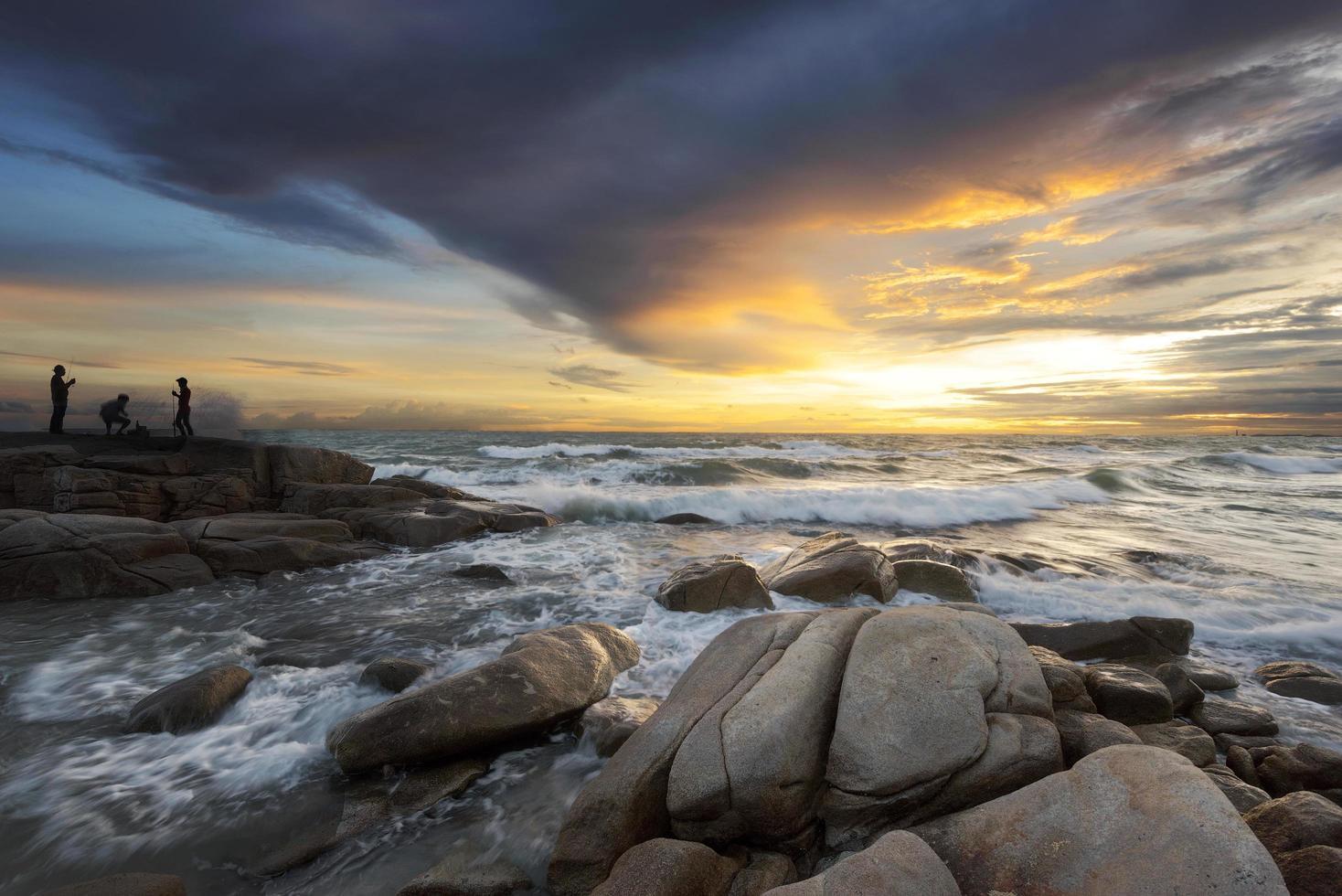 färgglad solnedgång över havet foto