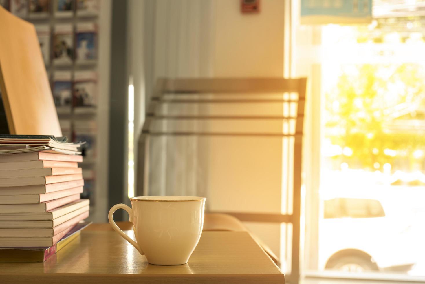 kopp kaffe i morgonljuset foto