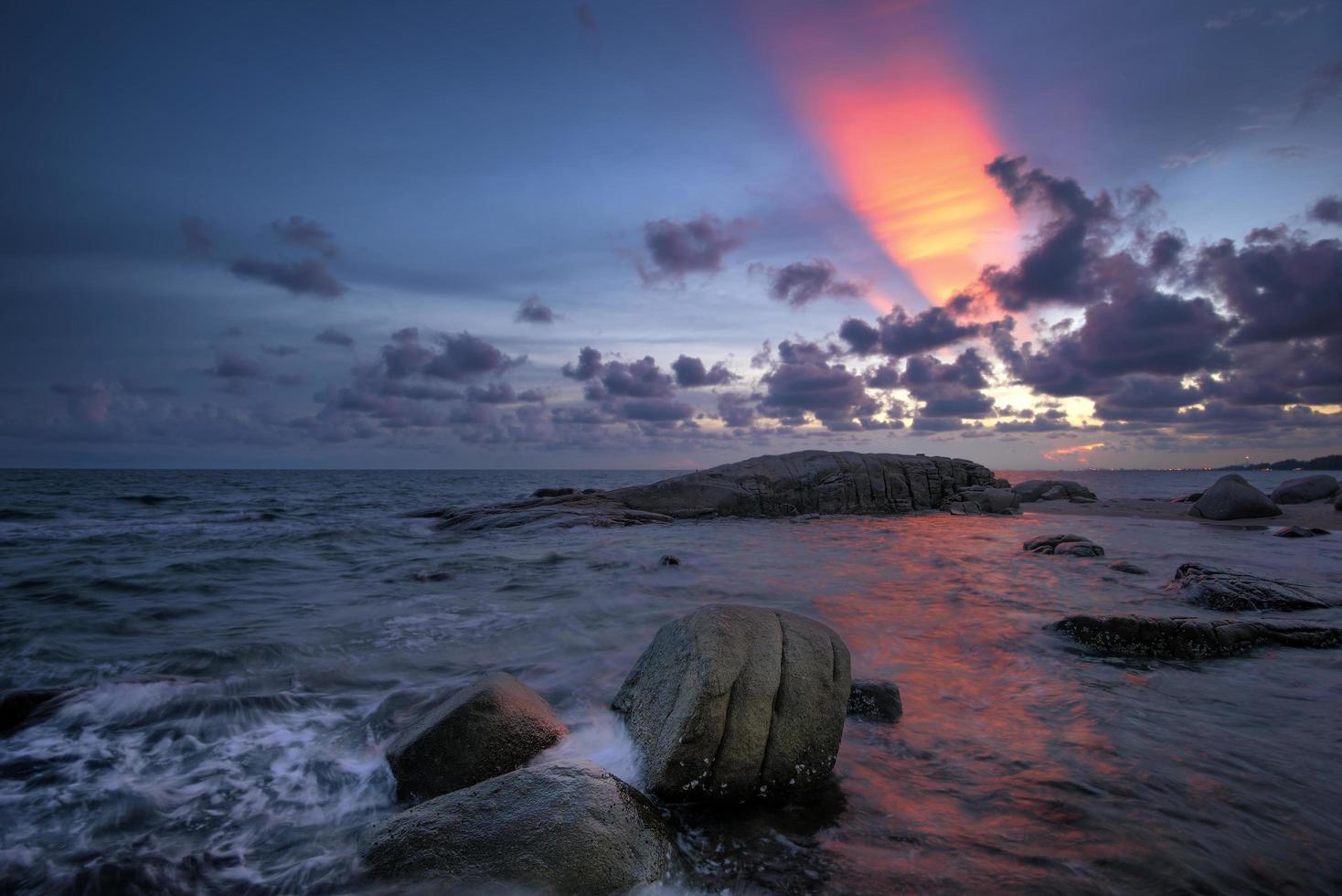 skymning över havet foto