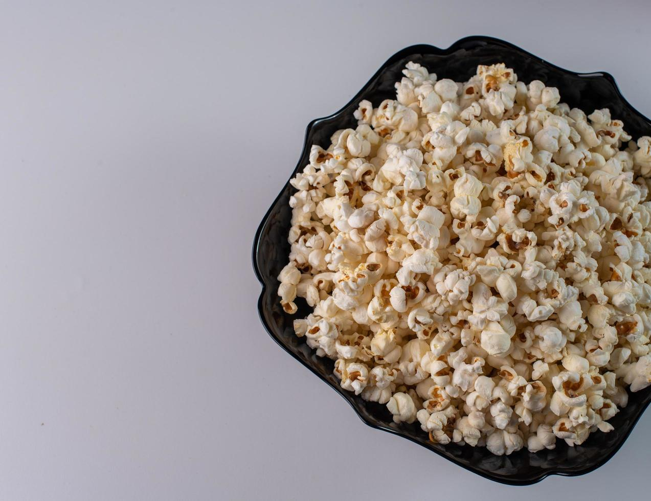 popcorn på vit bakgrund foto