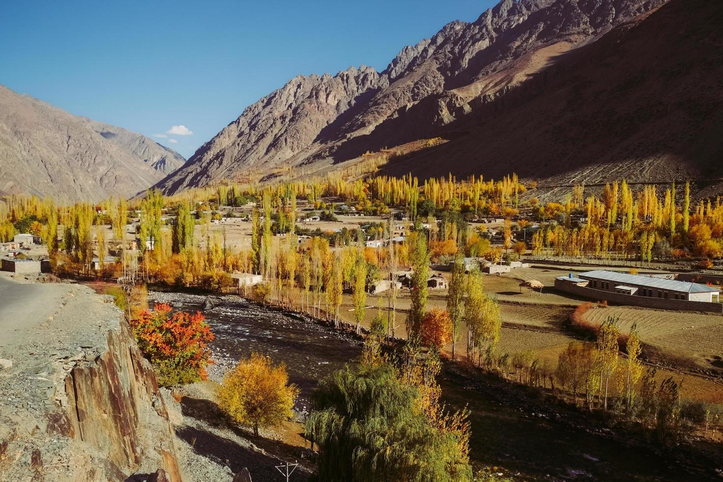 höstlandskapssikt i Gupisdalen, Pakistan foto