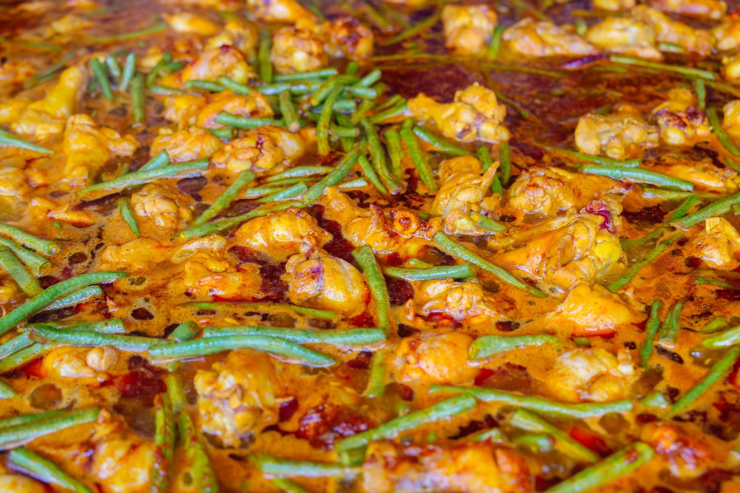 varm och kryddig kyckling och cowpea curry foto
