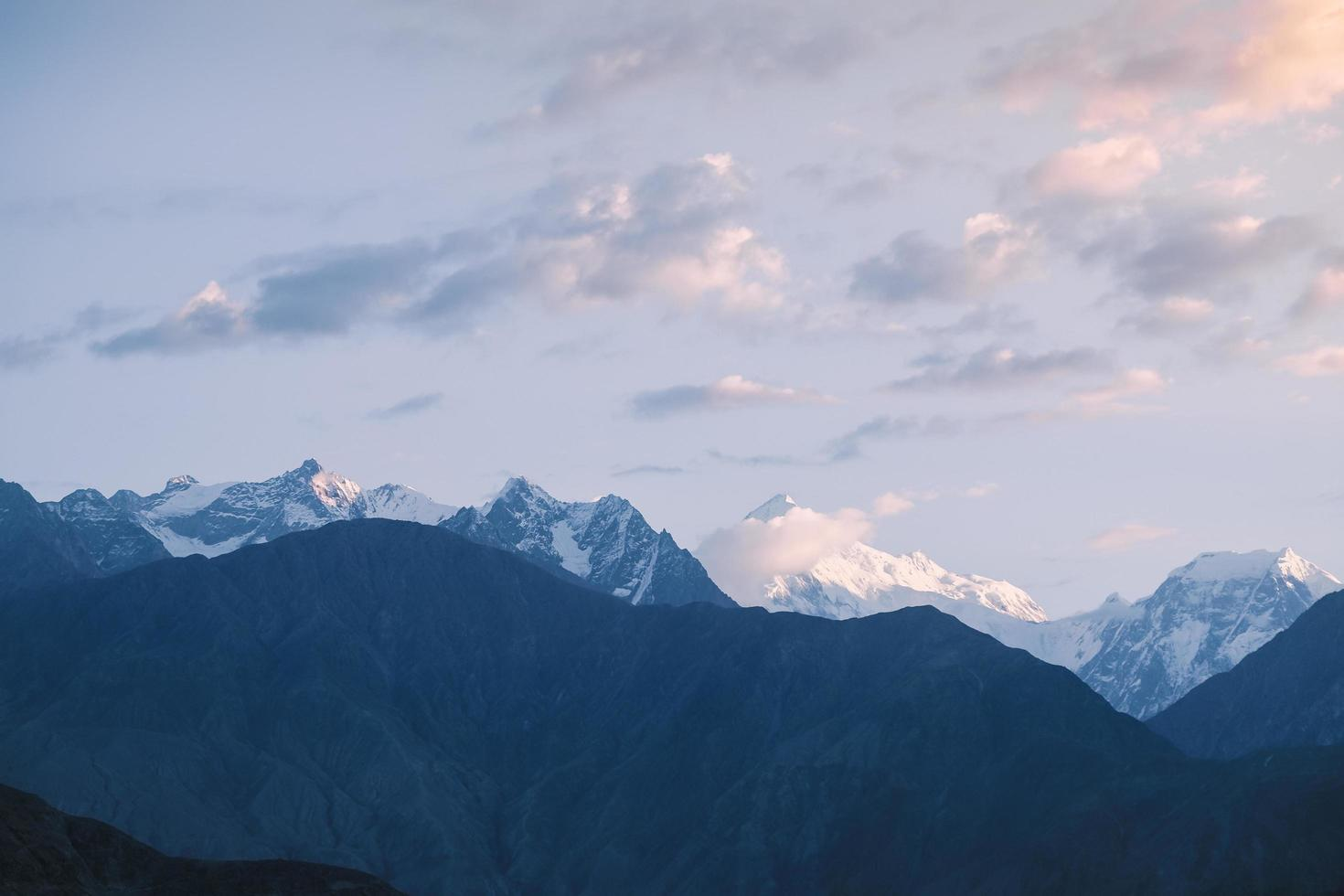 soluppgång över snöklädda karakoram bergskedja foto