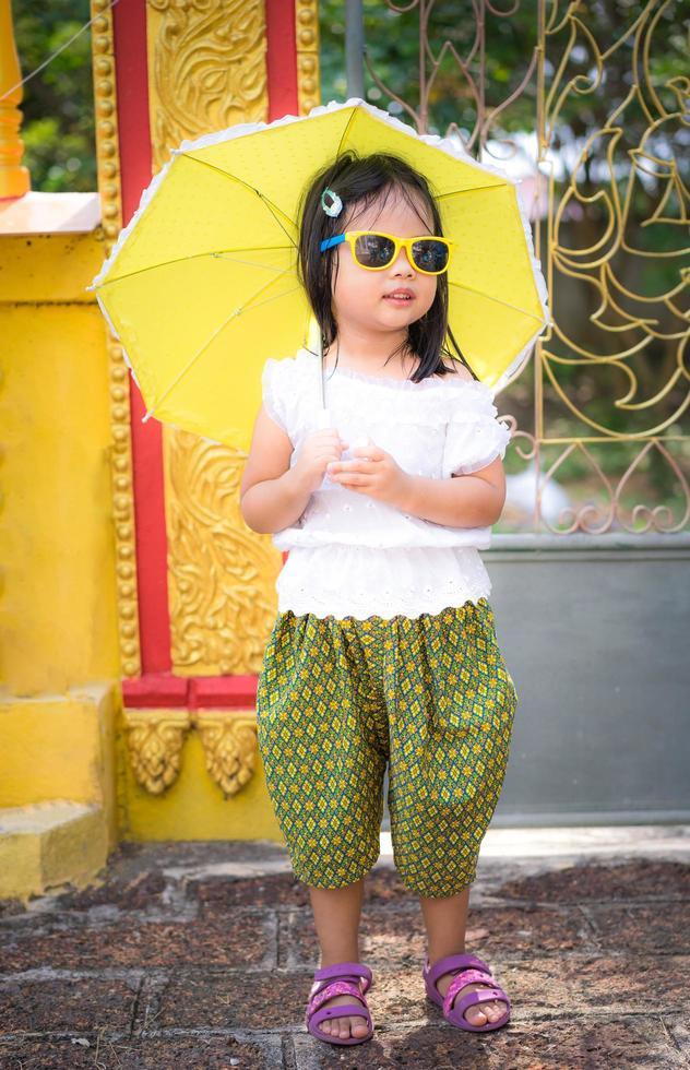 ung asiatisk flicka med paraply foto
