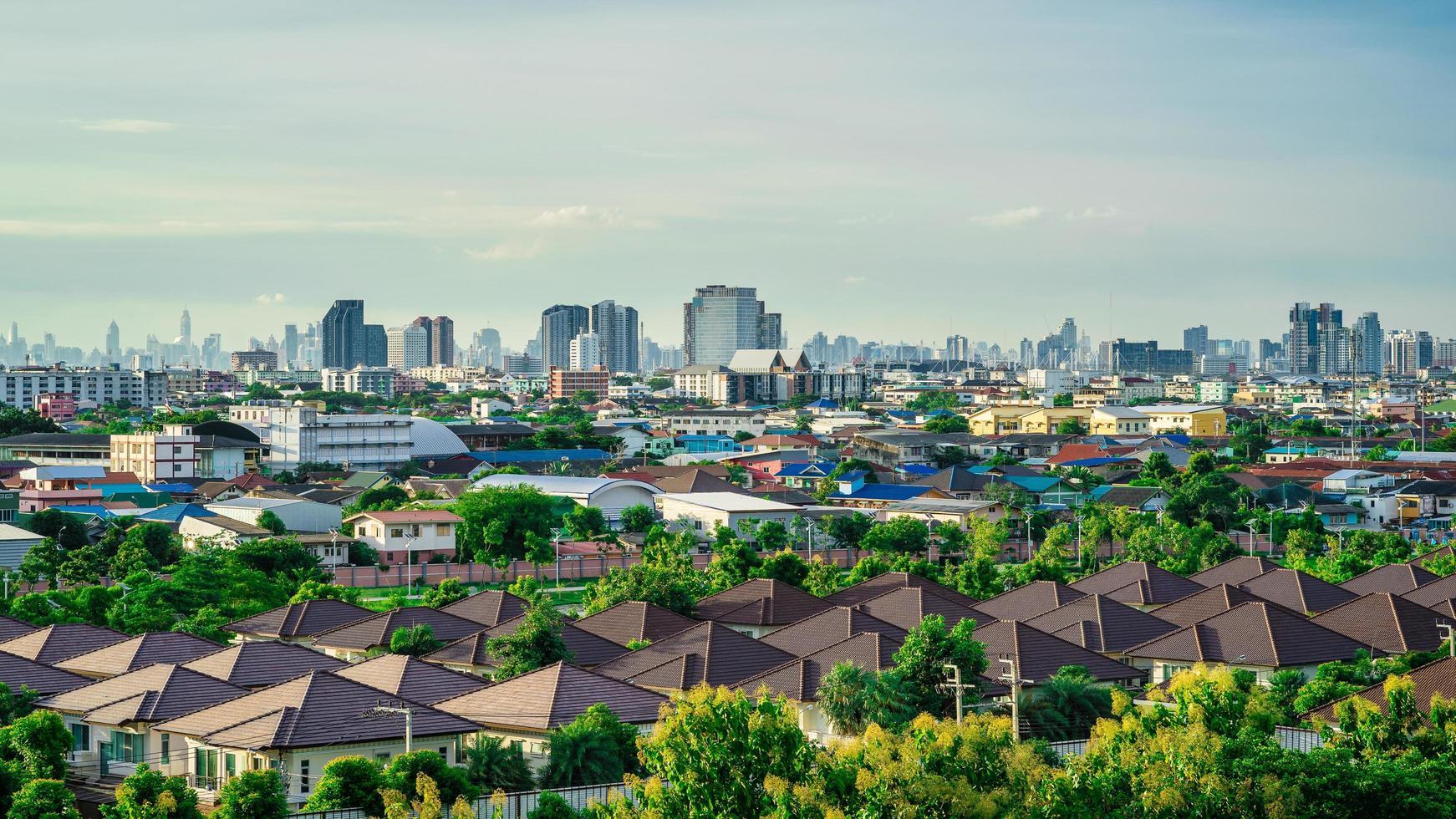 stadsbild och skyline med blå himmel foto