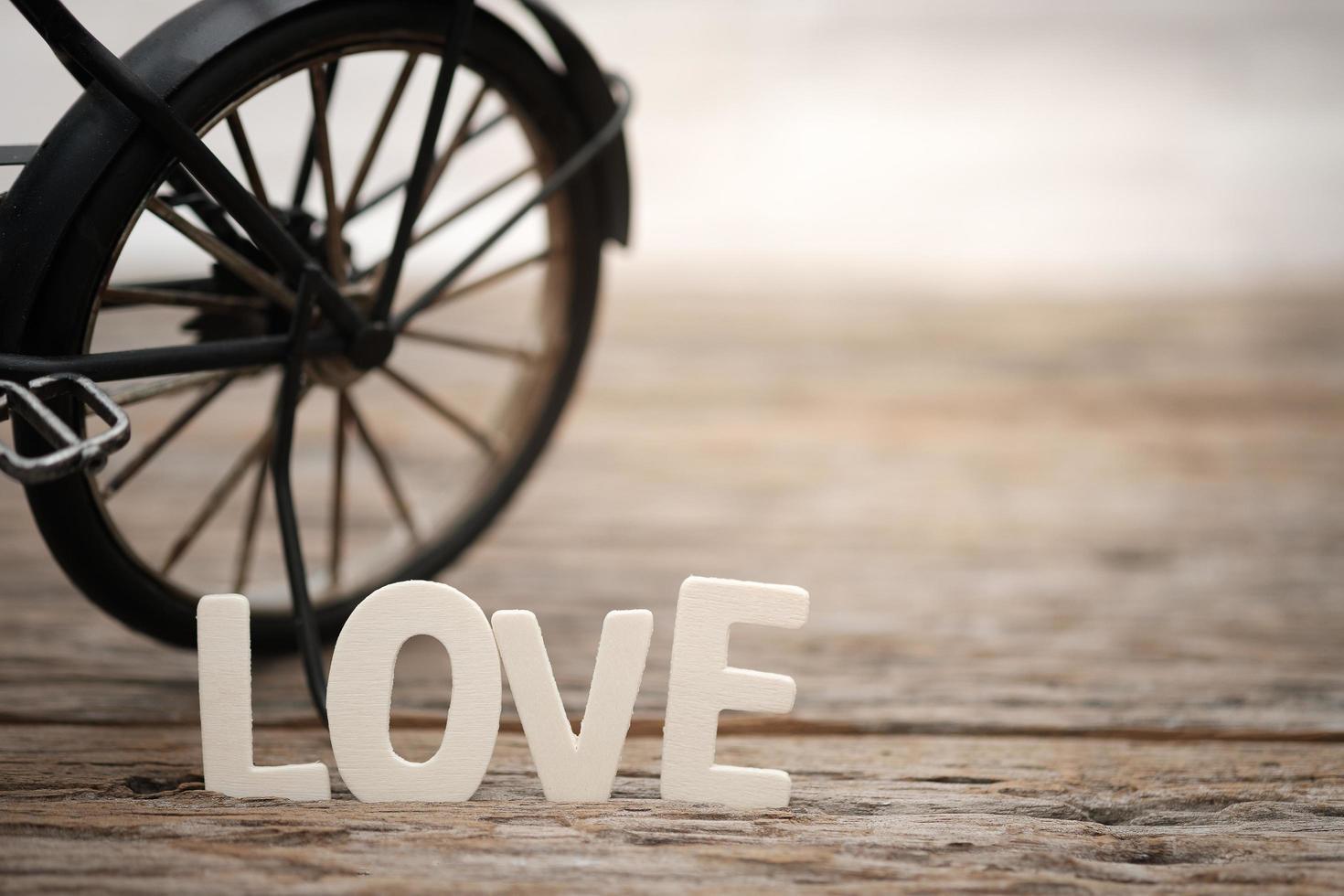 bokstäver kärlek och leksakscykel foto