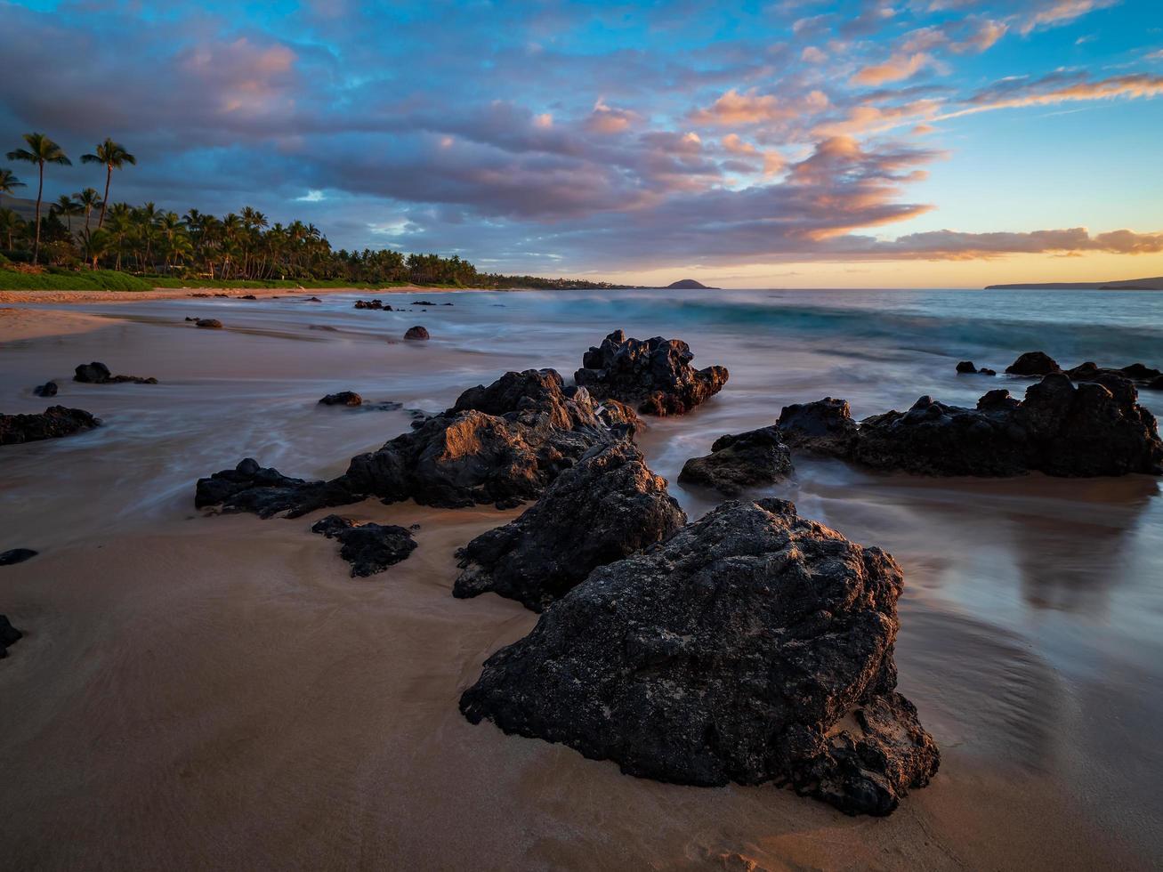 bruna klippor på stranden foto