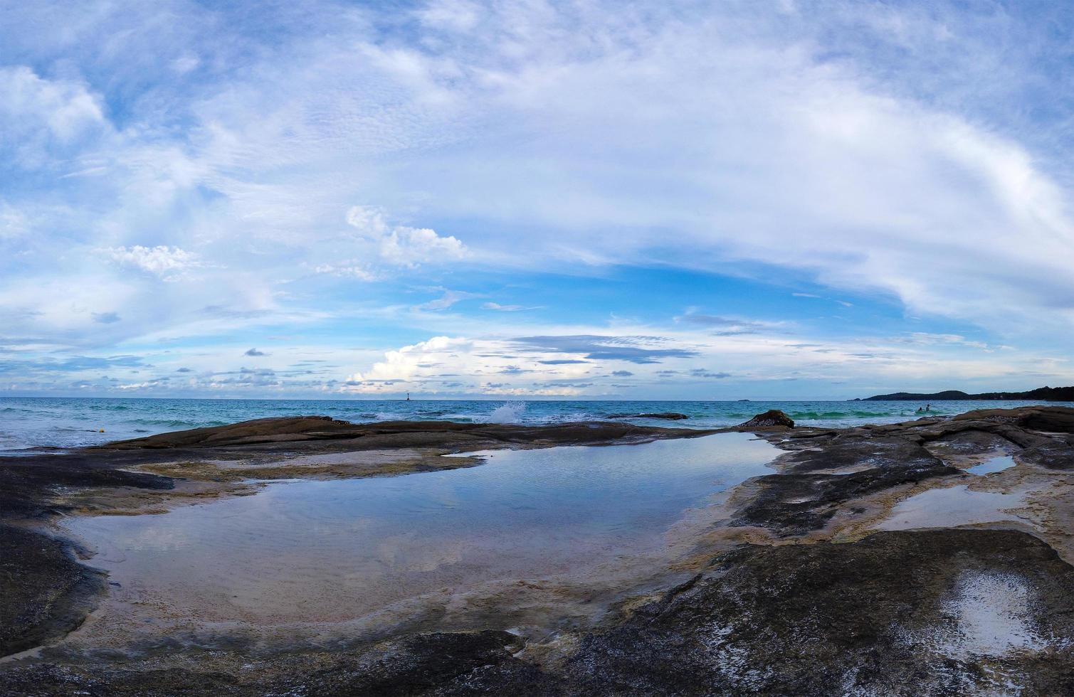 panorama över steniga kusten foto