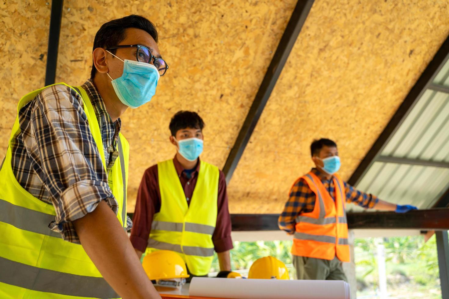 ingenjör och arkitekter på byggarbetsplatsen foto