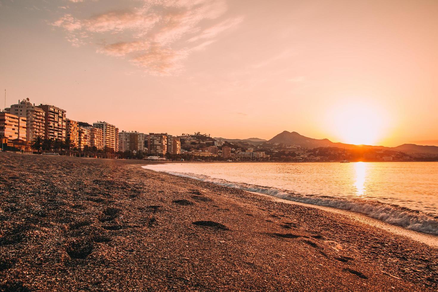 utsikt över staden nära stranden vid solnedgången foto