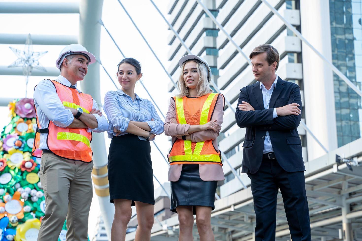 män och kvinnor med armar korsade i stadsscenen foto