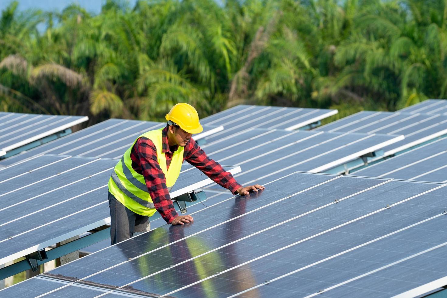 ingenjör som arbetar på solpaneler foto