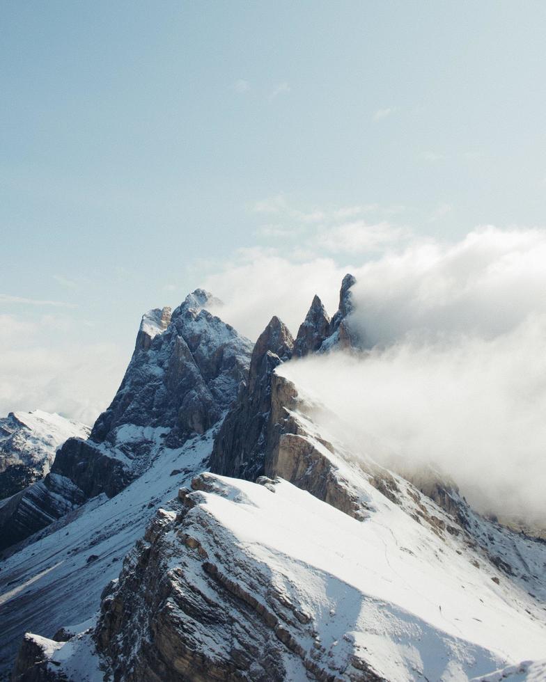 dolomitberg med snö och klarblå himmel foto