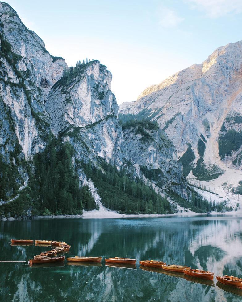 linjer med båtar vid sjön prags foto