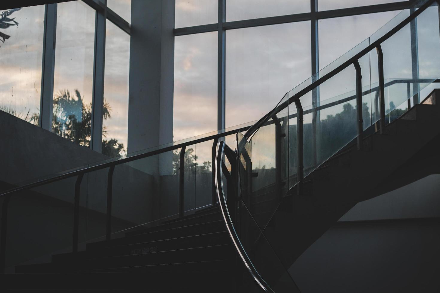 inre trappa i gryningen foto