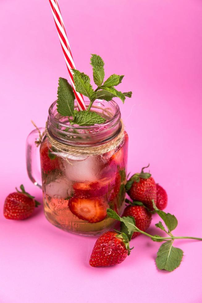 mousserande jordgubbsdrink foto