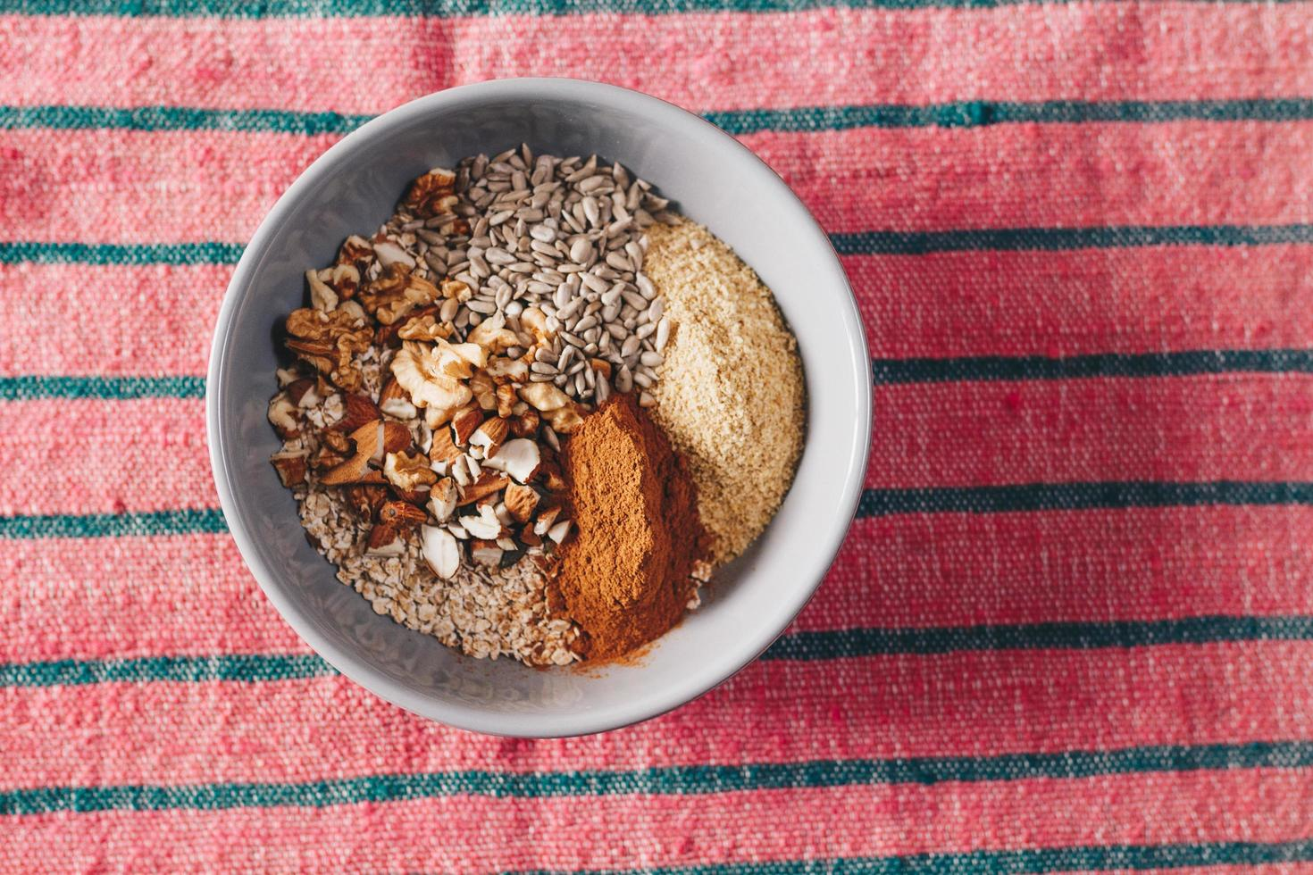 keramisk skål med kryddor foto
