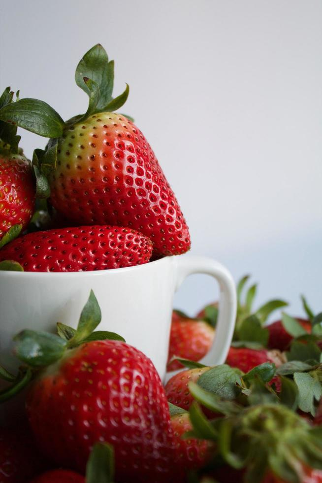 jordgubbar i en mugg foto