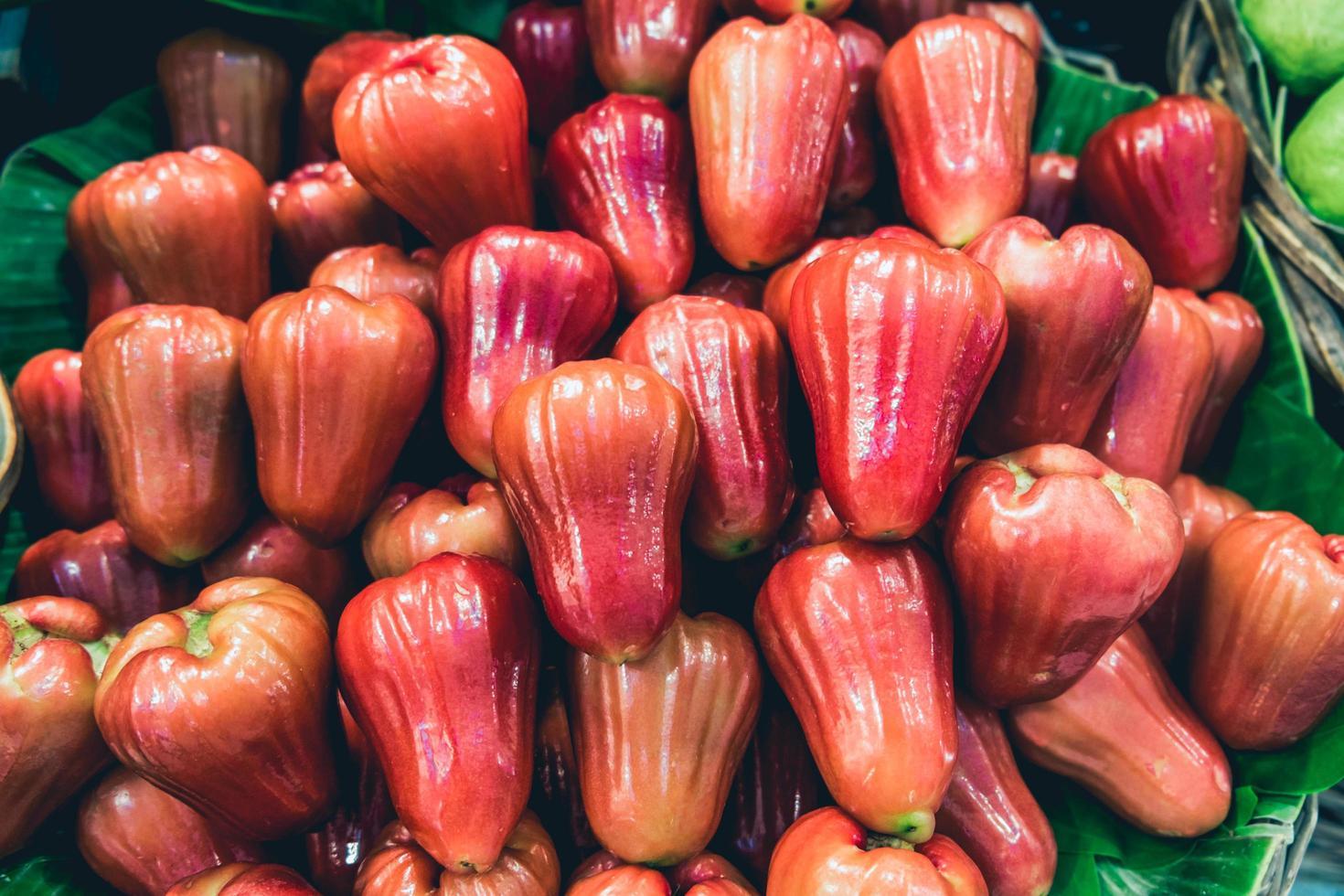 en hög med jambu frukt foto