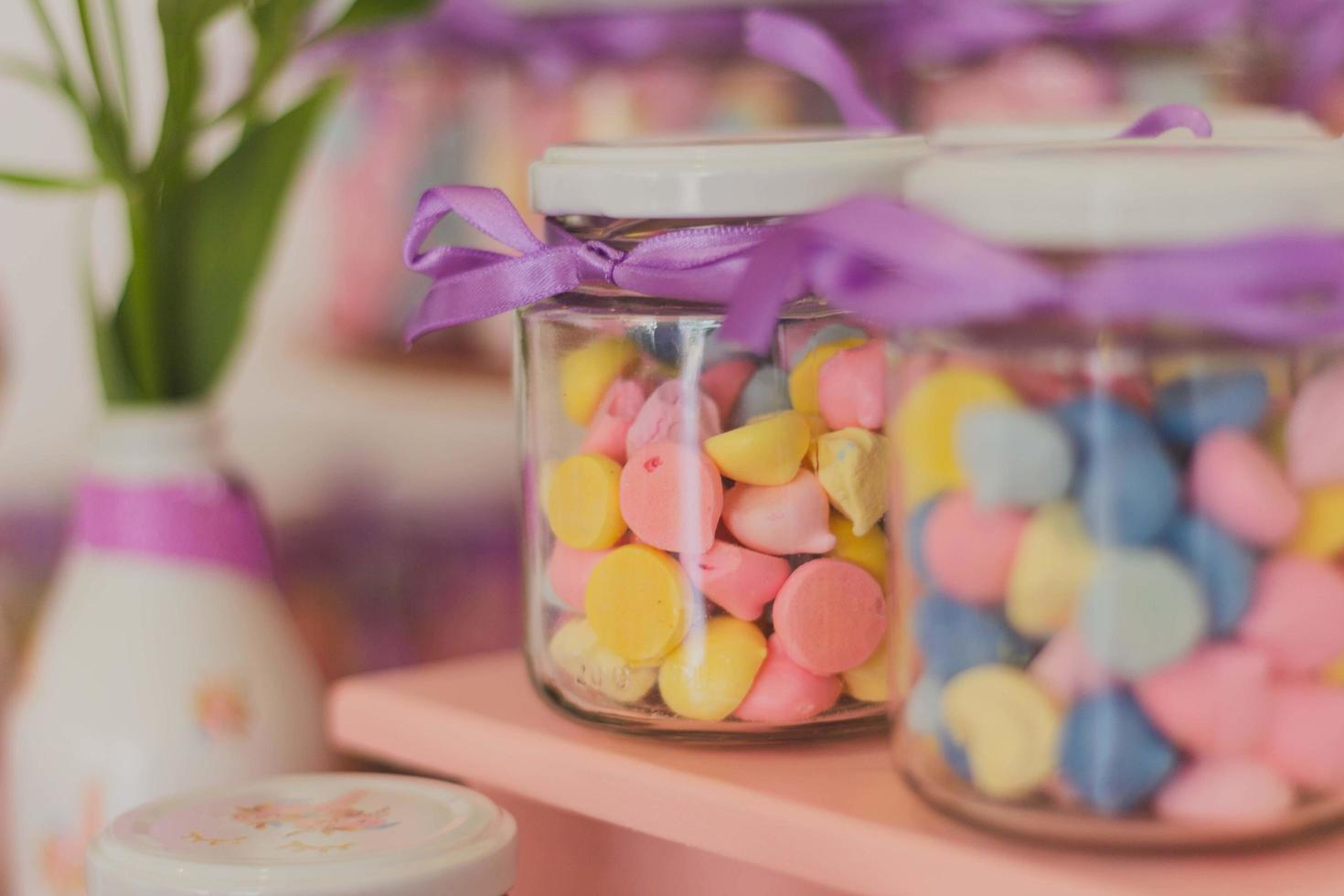två färgglada godisburkar foto