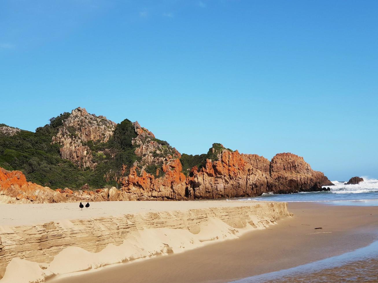 bergformation på stranden foto