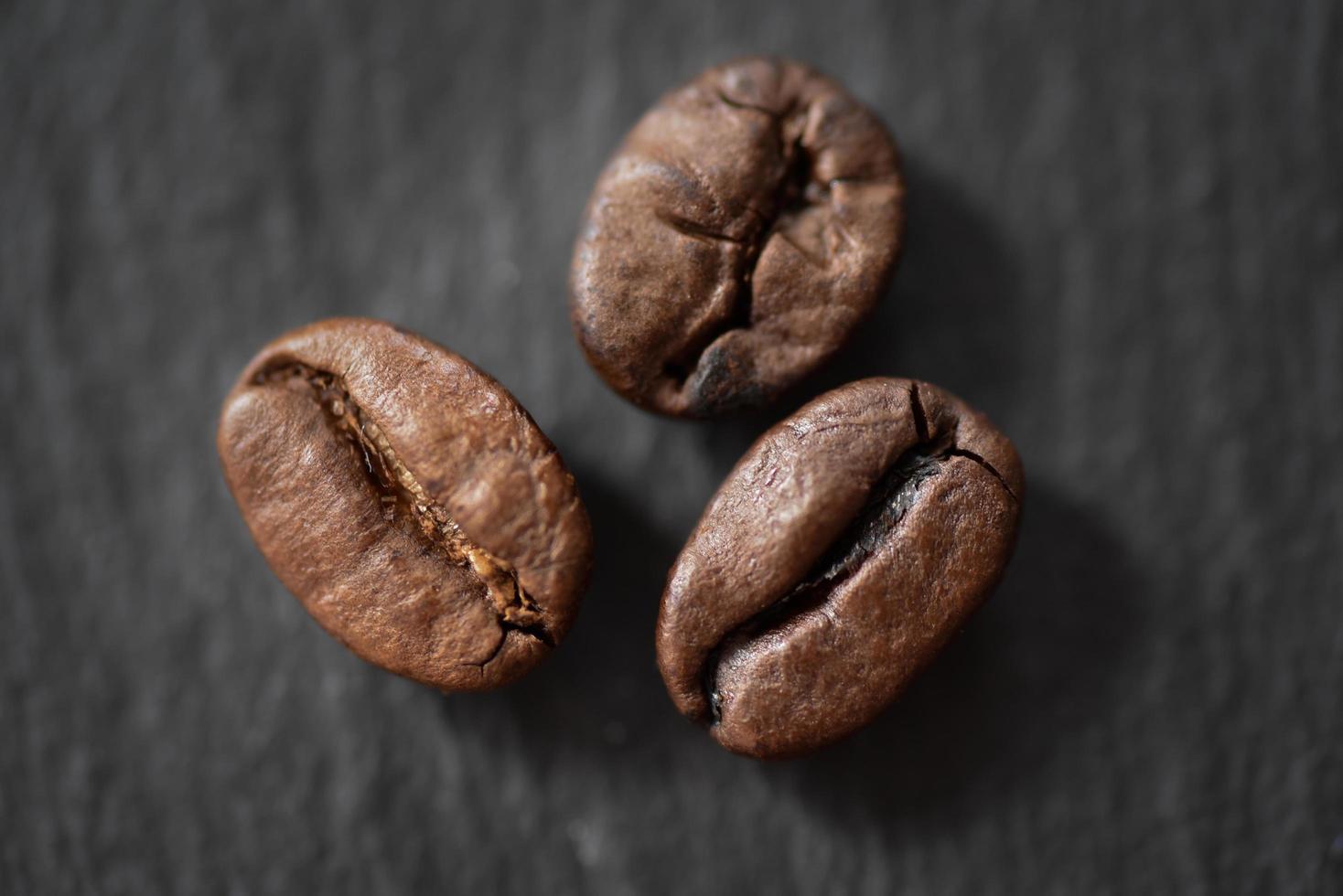 tre rostade kaffebönor foto