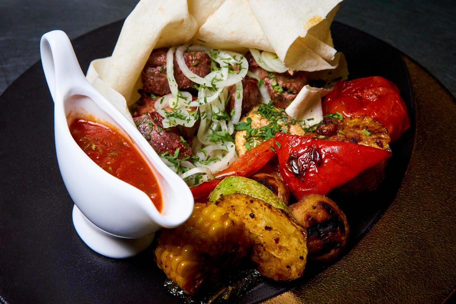 bakat kött med grönsaker foto