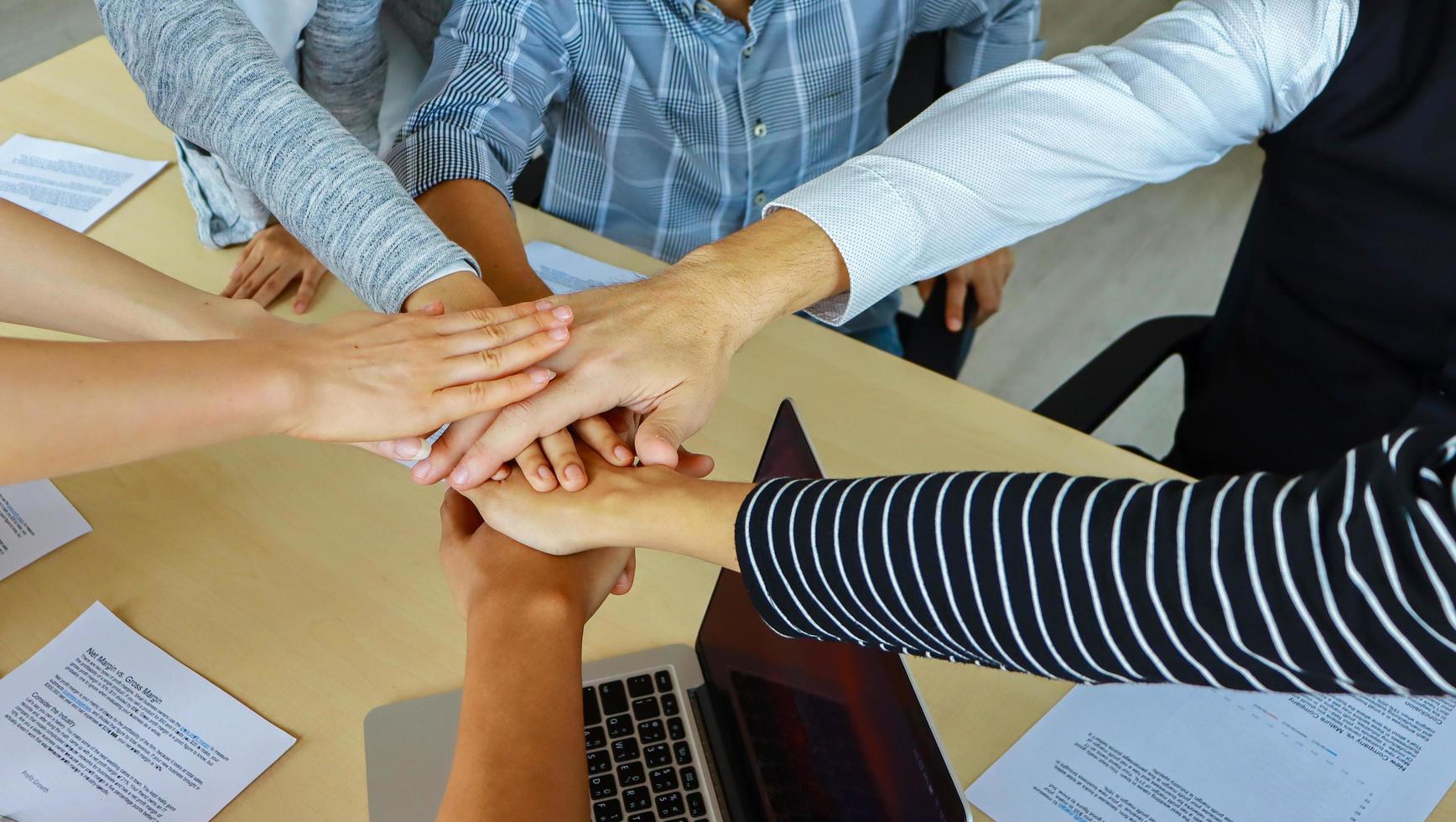grupp affärsmän som arbetar tillsammans foto