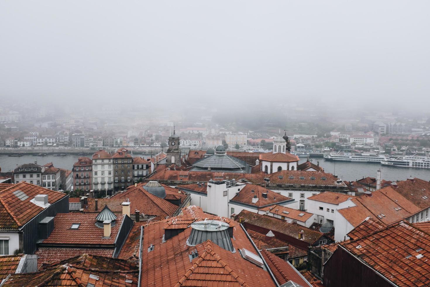 Flygfoto över staden i dimma foto