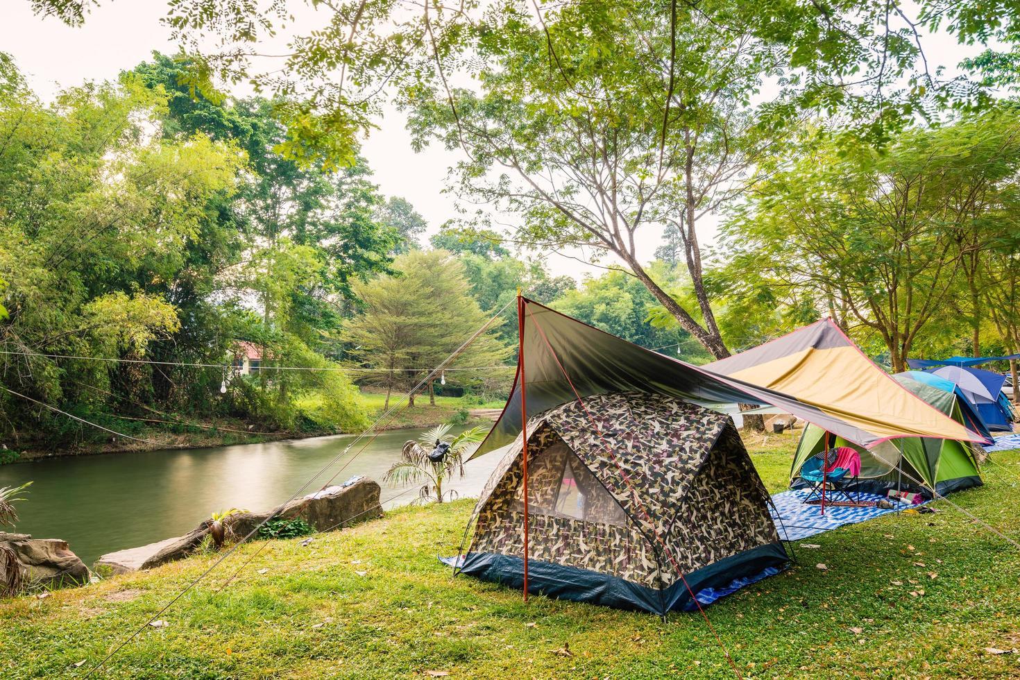 campingtält på gräs foto