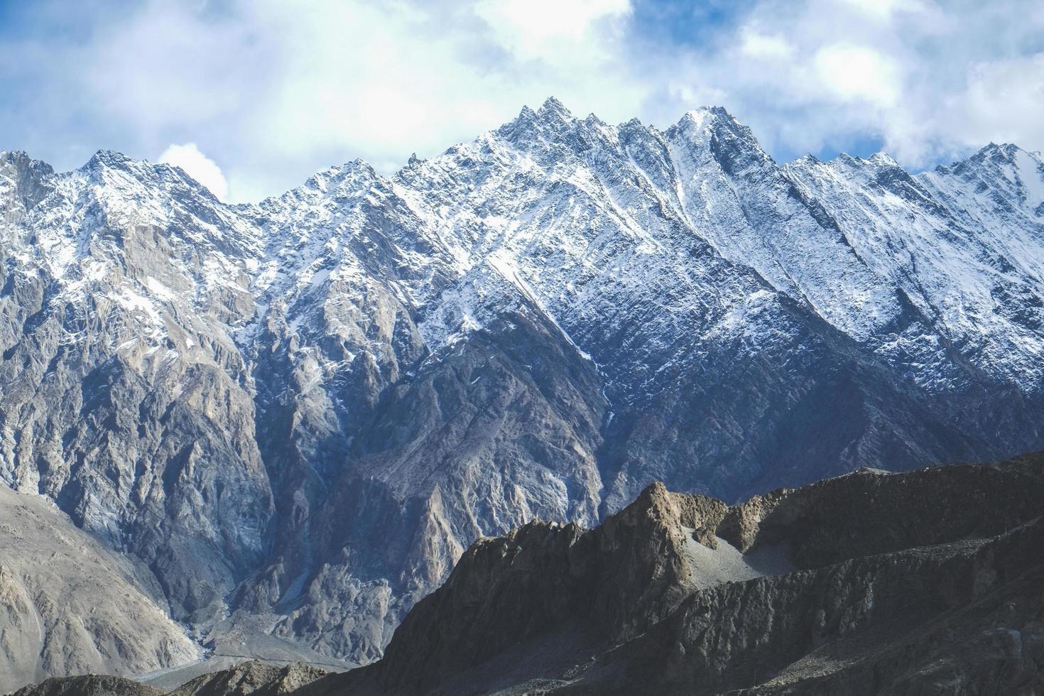 snöklädda berg i karakoram intervall foto