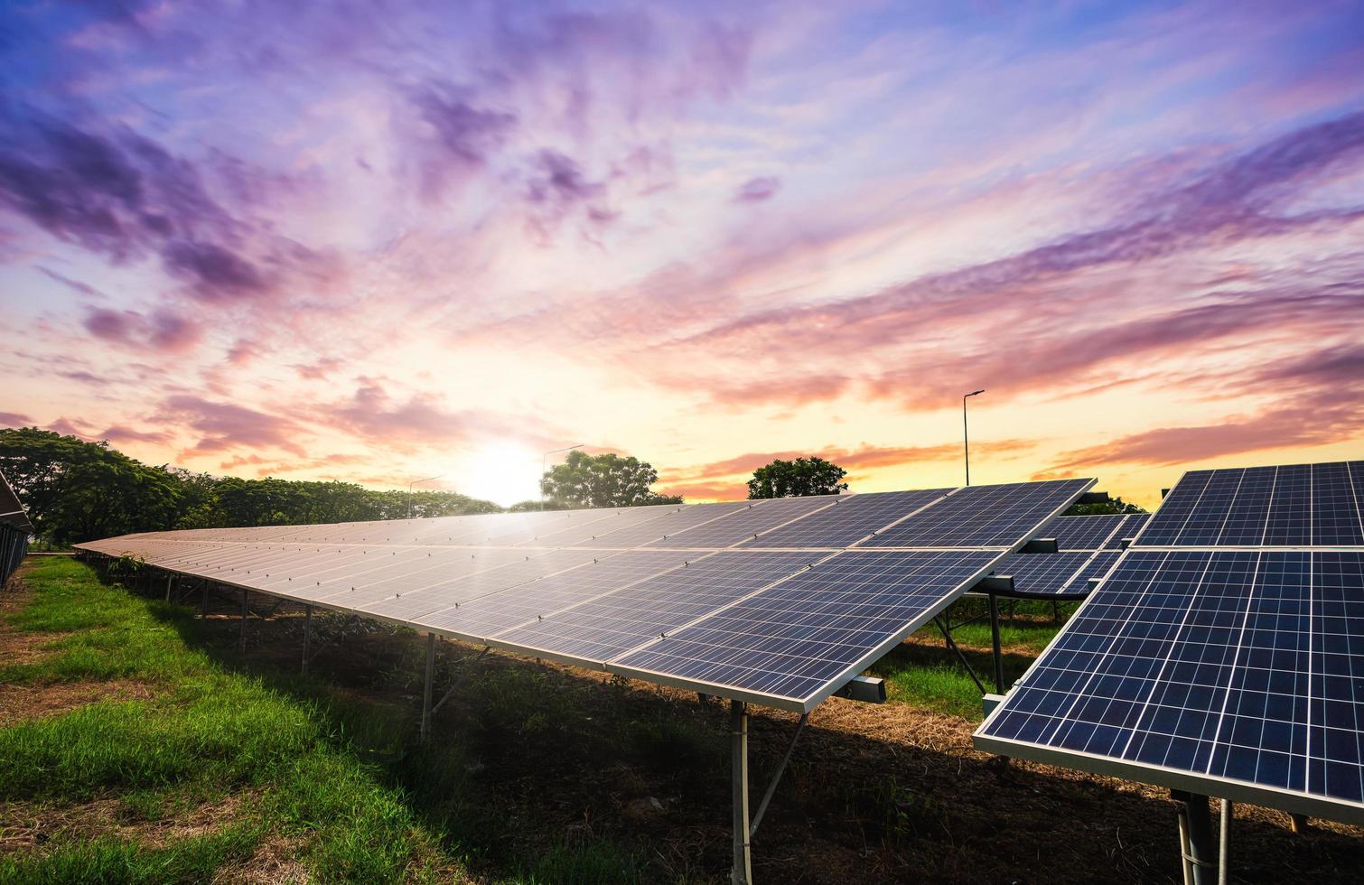 solpanelcell på dramatisk solnedgångshimmelbakgrund foto